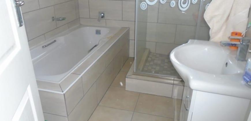 Bathtub/shower in the bathroom